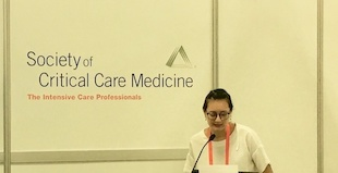 Amy Zhou delivering her talk at the Critical Care Congress. Photo courtesy of Amy Zhou.