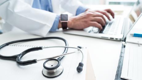 Ärztin, die am Laptop arbeitet
