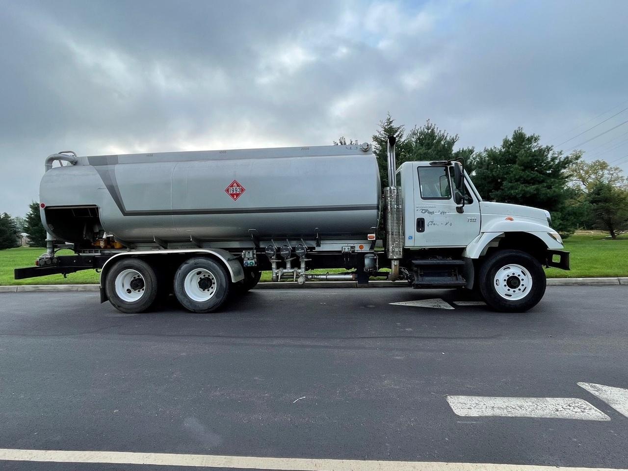 Hutchinson MC306 Refined Fuel Tank on 2004 International 7400 6x4