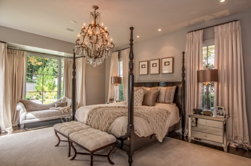 Leslie's residence and master bedroom. Image| Steve Roberts.
