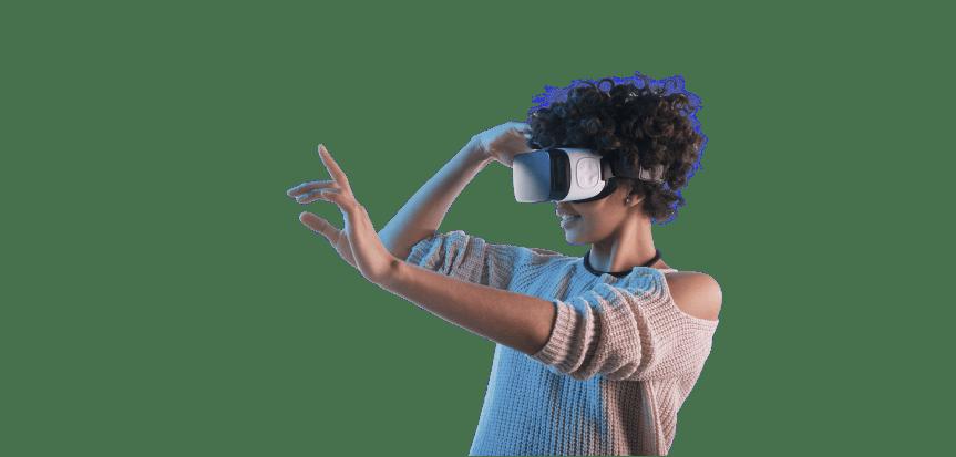 Mulher usando óculos de realidade virtual.
