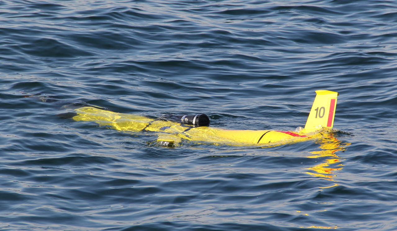 glider equippd with acoustic recorder in water at start of its mission