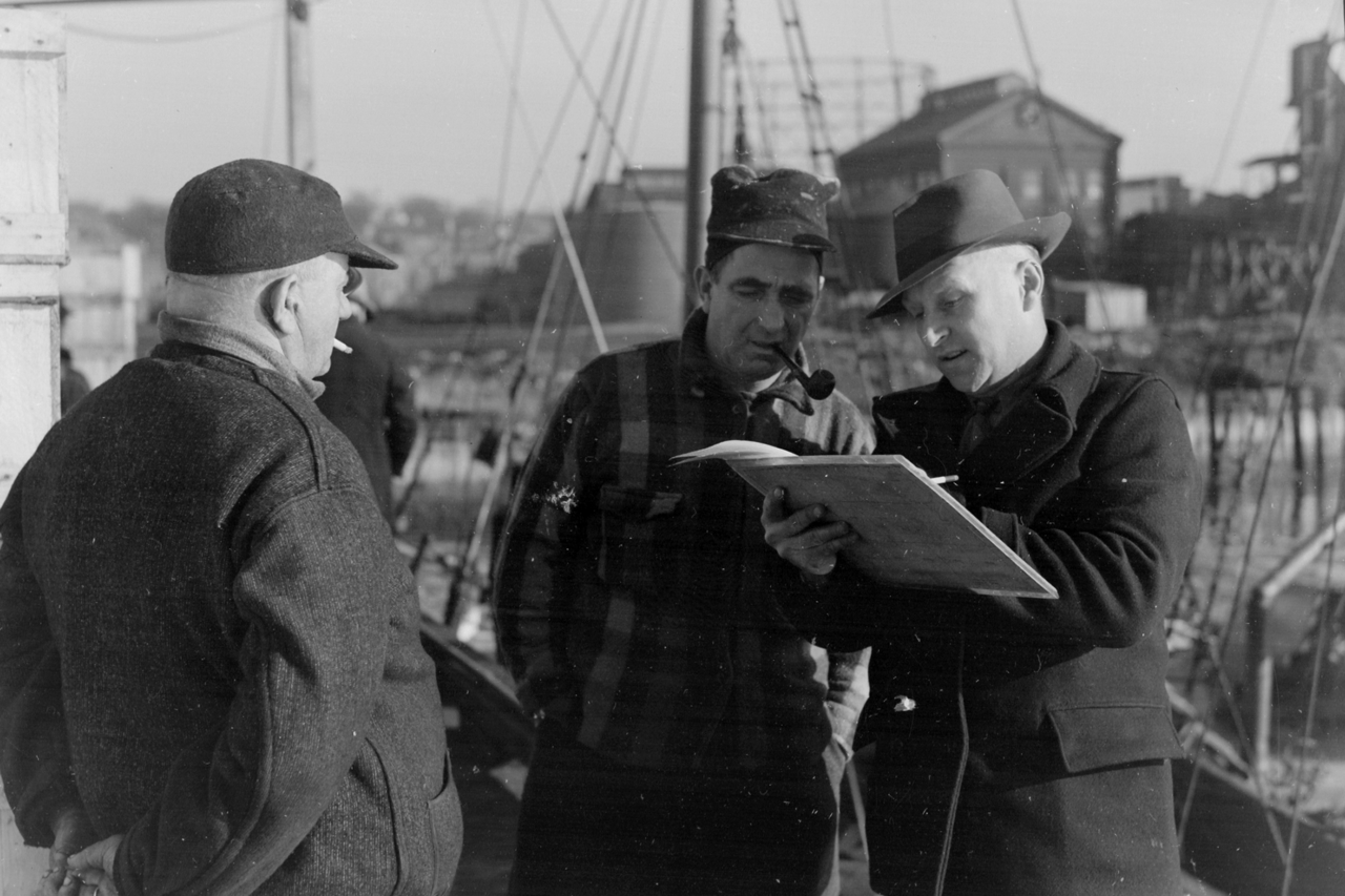 Port agent interviewing New Bedford fishermen, 1944