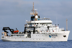 NOAA Ship Reuben Lasker at sea.