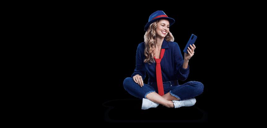 Montagem de mulher com roupa azul, gravata vermelha e celular na mão, sentada, olhando para o celular e sorrindo.