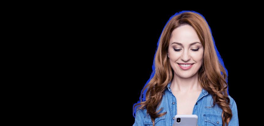 Foto de mulher sorrindo enquanto olha para o celular.